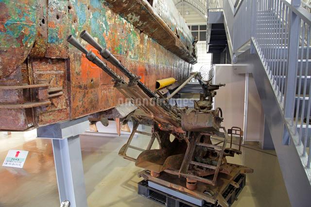 展示される九州南西海域不審船と回収物の写真素材 [FYI03849456]