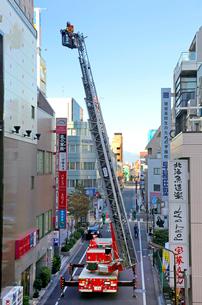 防災訓練の消防車の写真素材 [FYI03849478]