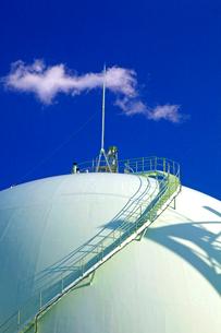 ガスタンクと白い雲の写真素材 [FYI03849497]