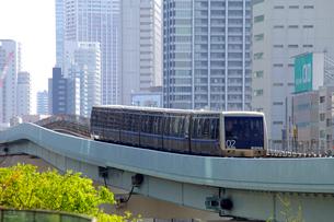 汐留駅付近を走るゆりかもめの写真素材 [FYI03849539]