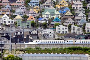 日向岡住宅地を通過する東海道新幹線の写真素材 [FYI03849604]