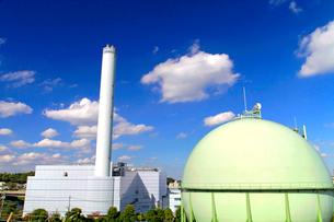 多摩清掃工場とガスタンクの写真素材 [FYI03849714]