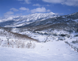 岩菅山と一ノ瀬スキー場 志賀高原 長野県の写真素材 [FYI03849824]