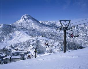雪山と笠ヶ丘とスキー場 志賀高原 長野県の写真素材 [FYI03849826]