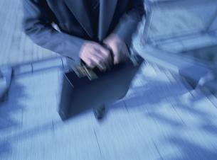 階段を登るビジネスマン(水色)の写真素材 [FYI03850306]