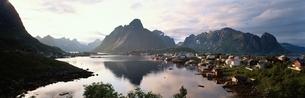 ロフォーテン諸島のレイネの夕暮れ ノルウェーの写真素材 [FYI03850328]