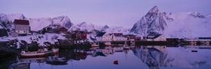 町並みと湖と雪山 ハンマ島 北ノルウェーの写真素材 [FYI03850333]