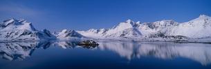 新雪のローホーテン連山  ノルウェーの写真素材 [FYI03850337]