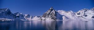 新雪のフィヨルド  ノルウェーの写真素材 [FYI03850340]