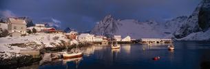 冬のハンマ島にある漁港 北ノルウェー ノルウェーの写真素材 [FYI03850343]