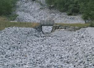 枯れた川と小さな橋 ヘルダンガー地区 ノルウェーの写真素材 [FYI03850359]