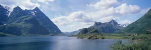 残雪の連山とフィヨルド  ノルウェーの写真素材 [FYI03850369]