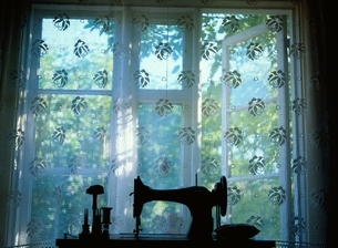 レースカーテンの窓とミシンの写真素材 [FYI03850373]