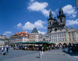 旧市街広場とティーン教会の写真素材 [FYI03850483]