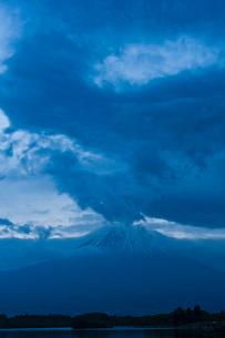夜明前の田貫湖と富士山の写真素材 [FYI03850665]