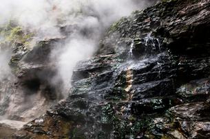 小安狭の水蒸気が吹き出す岩壁の写真素材 [FYI03850733]