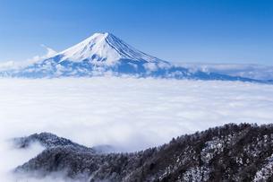 冬の富士山と雲海の写真素材 [FYI03850749]