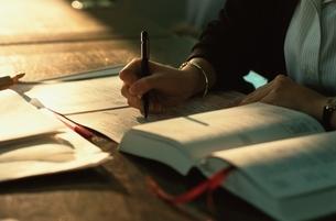 ペンを持つ手の写真素材 [FYI03850757]