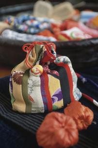 和柄の巾着袋とホオズキの写真素材 [FYI03850762]