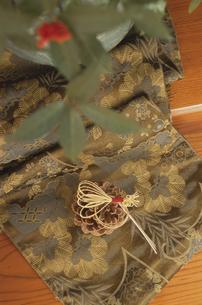 和柄の布と松ぼっくりの写真素材 [FYI03850767]