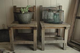 2脚の椅子の上のバケツと網籠の写真素材 [FYI03850787]