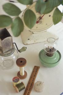 裁縫道具と秤の写真素材 [FYI03850792]