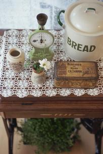 テーブルの上のキッチン用品の写真素材 [FYI03850797]