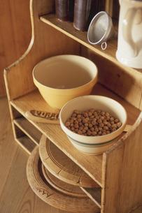 戸棚とナッツの器の写真素材 [FYI03850798]
