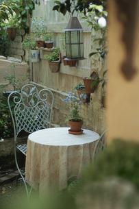 サンルームのテーブルとイスの写真素材 [FYI03850885]
