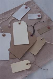 布の上に置かれた荷札の写真素材 [FYI03850900]