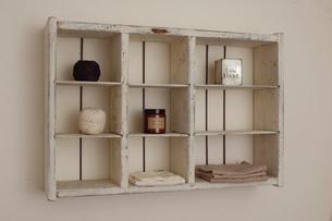 壁にかかる白い棚の写真素材 [FYI03850948]
