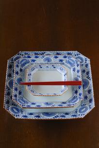 重ねられた皿と箸の写真素材 [FYI03850965]