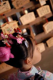 絵馬と着物を着た女の子の写真素材 [FYI03850971]
