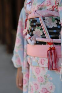 着物を着た女の子の帯の写真素材 [FYI03850972]