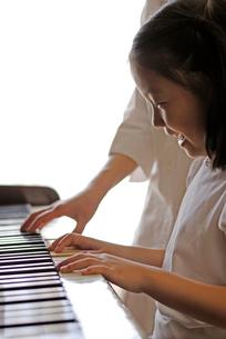 ピアノのレッスンの写真素材 [FYI03850977]