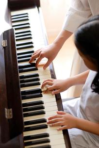 ピアノのレッスンの写真素材 [FYI03850980]