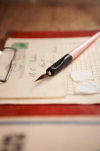 古いペンと便箋と封筒の写真素材 [FYI03851000]