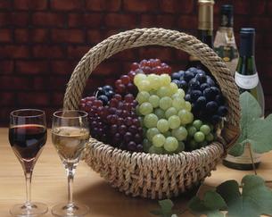 ワインと籠にもった葡萄の写真素材 [FYI03851173]