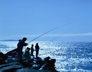 磯釣りする人々のシルエット 三浦 神奈川県の写真素材 [FYI03851452]