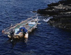 漁師と小船 神奈川県の写真素材 [FYI03851456]