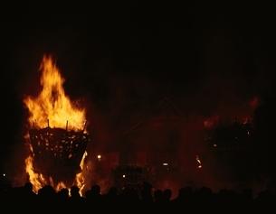 トンド祭の見物客と炎 奈良県の写真素材 [FYI03851461]