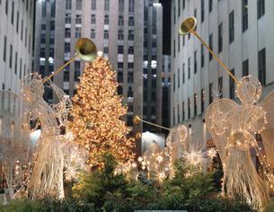 ロックフェラーセンターのクリスマスツリーとエンジェル達の写真素材 [FYI03851511]