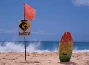 砂浜にサーフボードと標識 ハワイの写真素材 [FYI03851592]