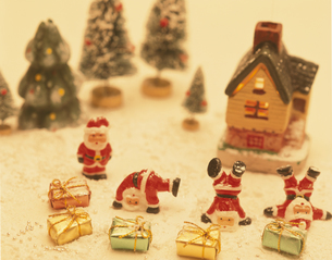 サンタクロースと家のミニチュア クラフトの写真素材 [FYI03851650]