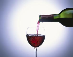 ワイングラスとワインボトルの写真素材 [FYI03851686]