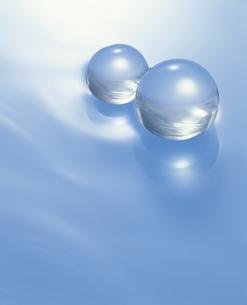 2個のクリスタルボール(水色)の写真素材 [FYI03851699]