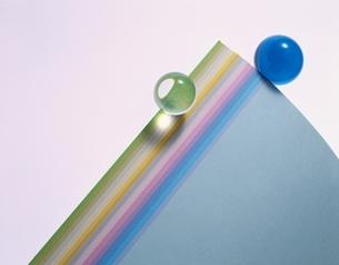 カラーペーパーと球体の写真素材 [FYI03851704]
