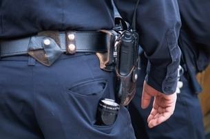 ニューヨーク市警の制服を着た男性の後姿 アメリカの写真素材 [FYI03851706]