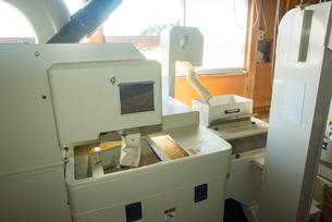 籾摺り 籾摺り機作業の写真素材 [FYI03851831]