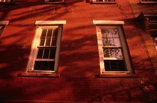 レンガのシャドーウインドー(茶色) ニューヨーク アメリカの写真素材 [FYI03852007]